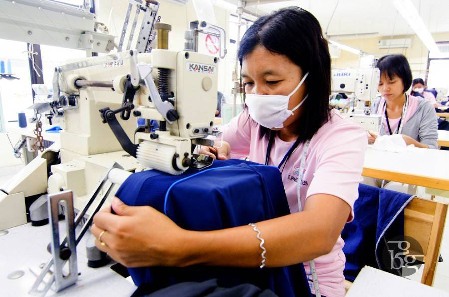 Một phụ nữ làm việc trên một máy may