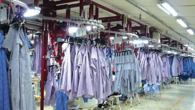 悬挂在模块化生产装置中的服装