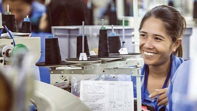 Công nhân phụ nữ làm việc trên máy may ở nhà máy Sabrina, Đài Loan