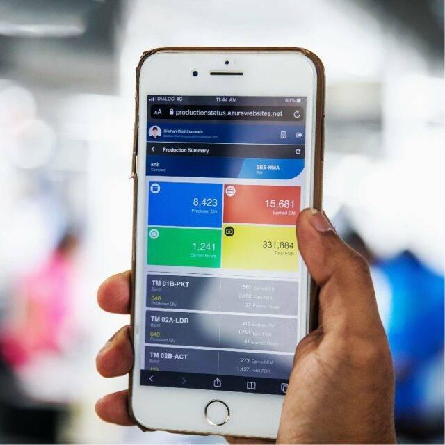 在制衣厂手持屏幕上带有Res.Q解决方案的iPhone