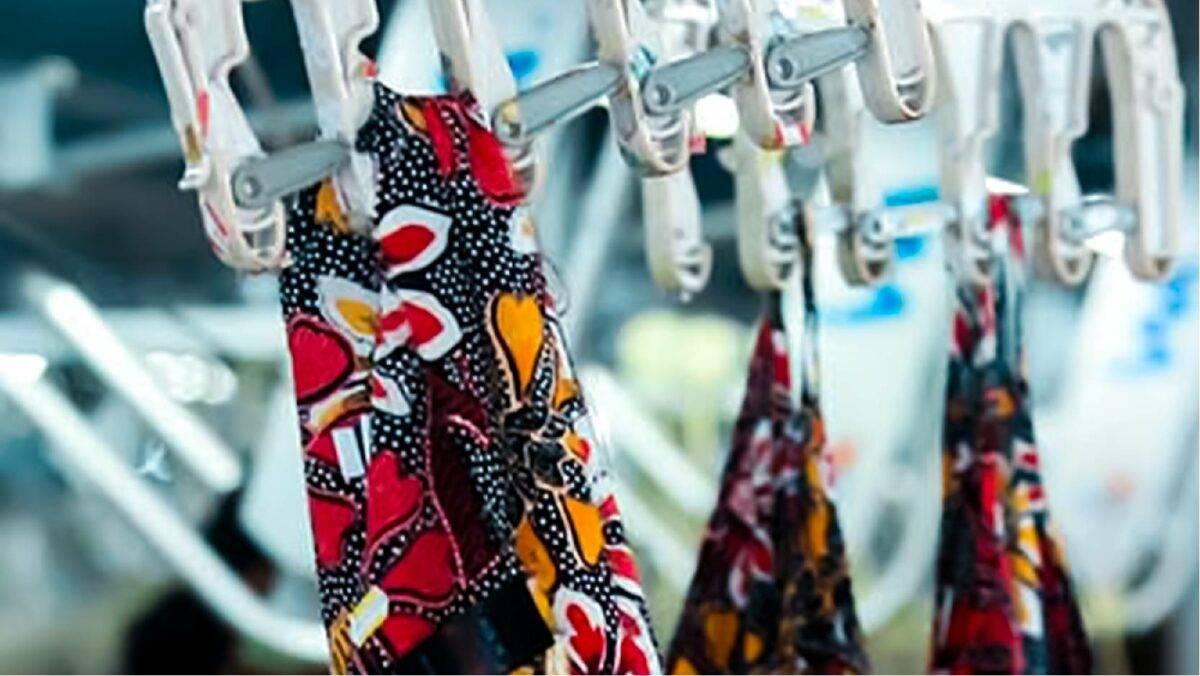 服装厂挂在夹子上的彩色图案面料