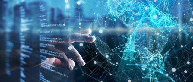 手按显示带有连接节点覆盖的球仪的虚拟屏幕